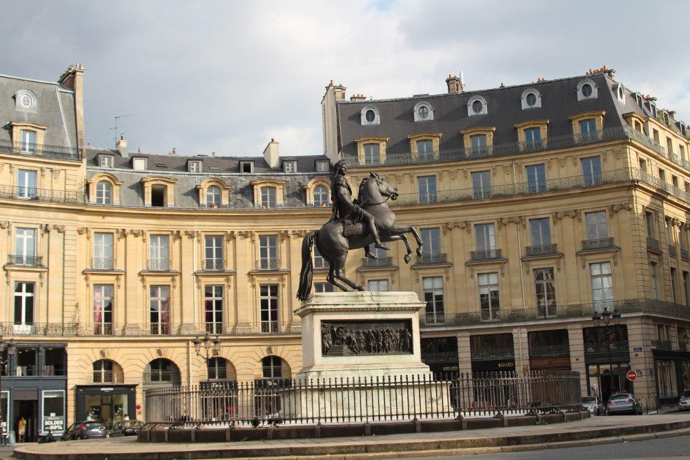 La place des victoires histoires de paris - Place des victoires metro ...